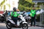 JIBI/Harian Jogja/Desi Suryanto  Saling sapa antar pengemudi Go-Jek terlihat di kawasan Swakarya, Caturtunggal, Depok, Sleman, DI. Yogyakarta, Senin (16/11/2015). Jasa layanan ojek berbasis aplikasi, Go-Jek secara resmi telah masuk ke DIY sejak kemarin. Sejumlah pengemudi Go-Jek masih membiasakan diri dengan model layanan berbasis aplikasi telepon pintar itu.