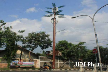 tower-ilegal-menara-telekomunkasi-bentuk-pohon-kelapa-370x246