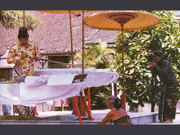 jhlt-468-223Tombak-Kanjeng-Kyai-Plered-sedang-dijamas-oleh-Sultan-HB-X
