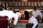 JIBI/Harian Jogja/Desi Suryanto  Raja Keraton Ngayogyakarta, Sri Sultan Hamengku Buwono X menerima ucapkan selamat Idul Fitri dan sungkem dari para Bupati, Wakil Bupati,  Walikota dan Wakil Walikota dalam acara Pisowanan Ngabekten yang berlangsung di Bangsal Kencono, kompleks Keraton Ngayogyakarta, Kamis (07/07/2016). Acara silaturahim tersebut dihadiri keluaraga keraton, pejabat tingkat menengah keraton dan sejumlah jajaran SKPD di Pemda DIY. Rayi dalem atau adik-adik Sultan tidak hadir dalam prosesi Ngabekten.