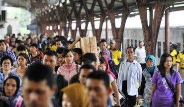 FOTO-MUDIK-LEBARAN-2014-_-Arus-Mudik-dan-Balik-Stasiun-Senen-Seimbang-370x215