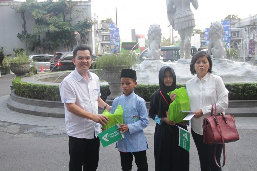 Penyerahan Bingkisan secara simbolis kepada Anak Panti, diberikan oleh Bapak Bunardi perwakilan Management Jogja City Mall