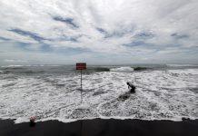 Badan Meteorologi, Klimatologi, dan Geofisika (BMKG) Yogyakarta memprakirakan gelombang di pesisir selatan Daerah Istimewa Yogyakarta (DIY) hingga saat ini masih dalam kategori tinggi.