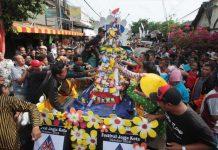 Warga Berebut Isi Gunungan Grebeg Pasar 2018