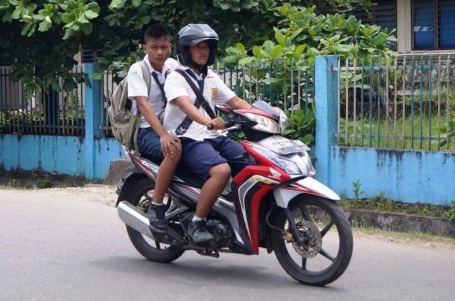 Siswa Pakai Motor