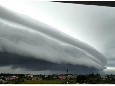 awan mirip gelombang tsunami