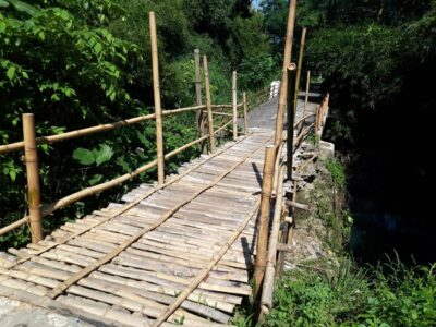 warga perbaiki jembatan sendiri