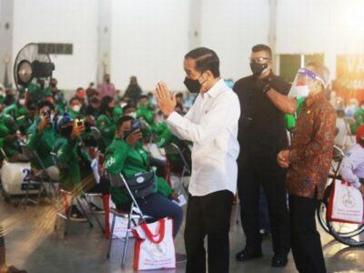 Presiden Republik Indonesia, Joko Widodo mengapresiasi dengan meninjau langsung pusat vaksinasi yang ramah penyandang disabilitas yang